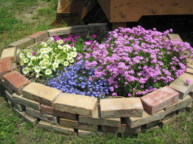レンガを並べるだけ花壇