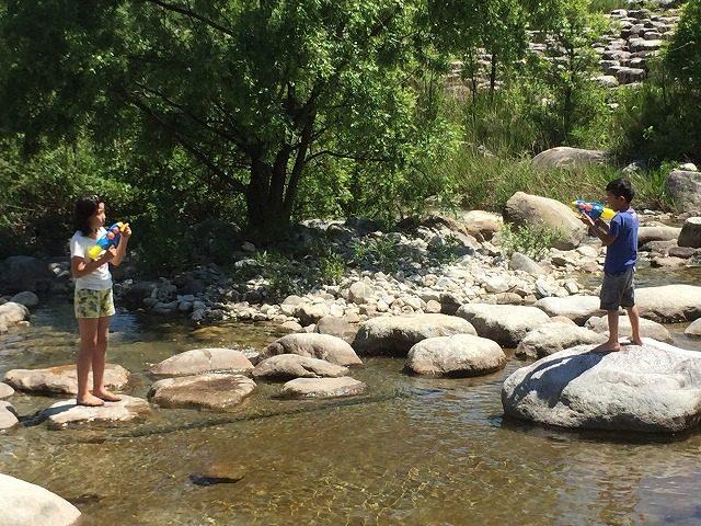 田舎の川遊び 水鉄砲